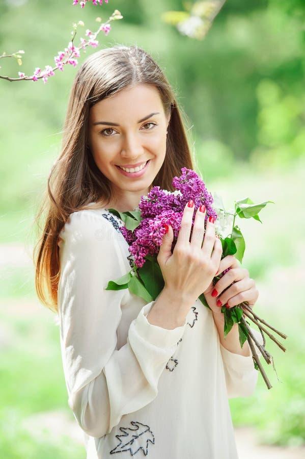 Красивый сад молодой женщины весной стоковое фото