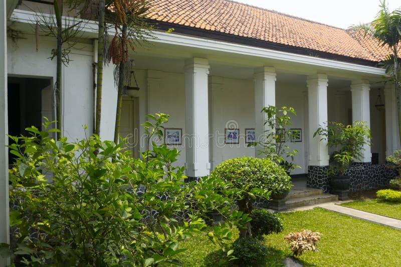 Красивый сад с старым зданием в фото музея батика принятом в Pekalongan Индонезию стоковые фотографии rf