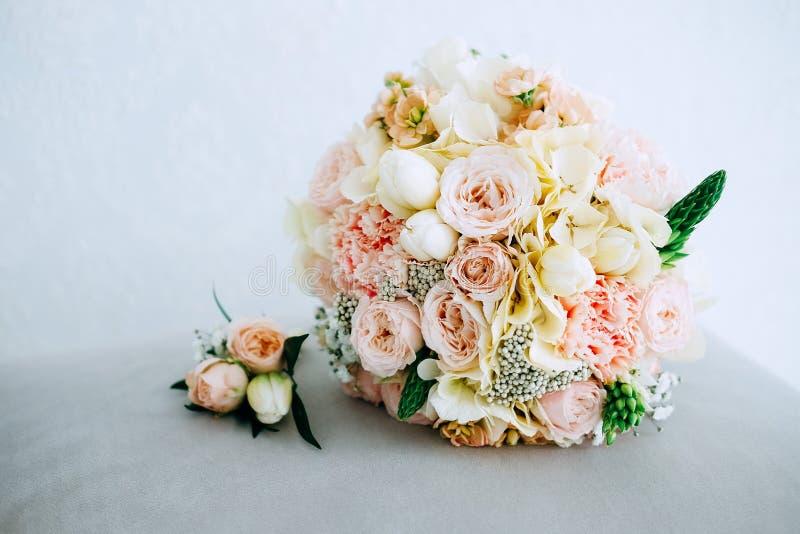 Красивый свежий bridal букет и букет петлицы стоковое фото rf