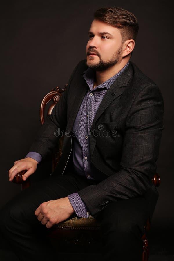 Красивый сексуальный человек с мышечным sportive телом, носит элегантный cl стоковые фотографии rf