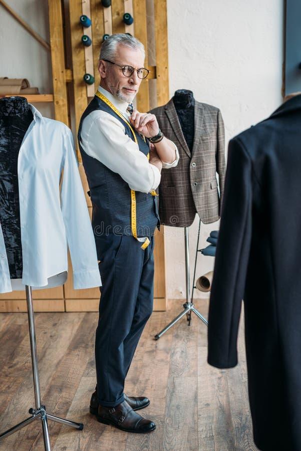 красивый серый портной волос смотря куртки на манекенах стоковая фотография rf