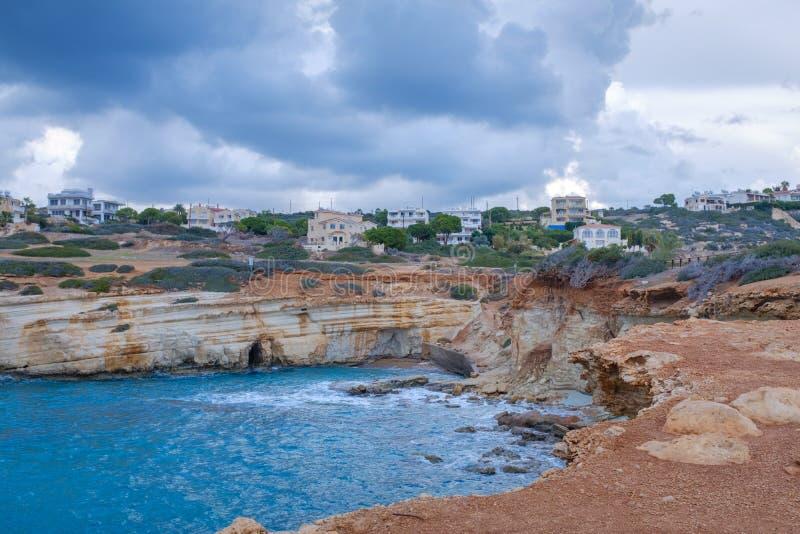 Красивый скалистый берег в заливе стоковое фото rf