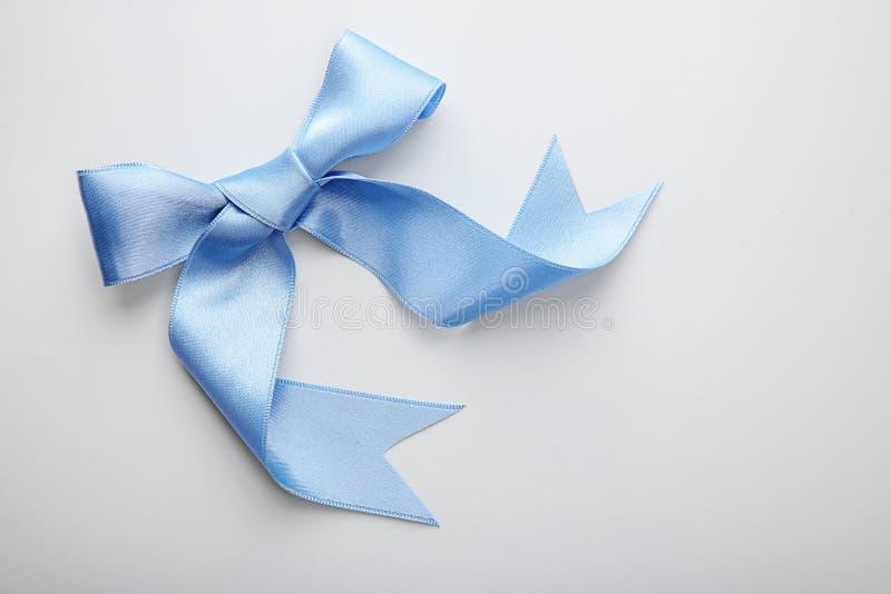 Красивый смычок сделанный из голубой ленты на белой предпосылке стоковое изображение rf