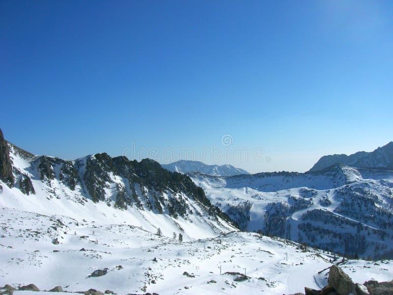 Красивый снежный ландшафт в лыжном курорте горы, панорамный взгляд зимы стоковые изображения