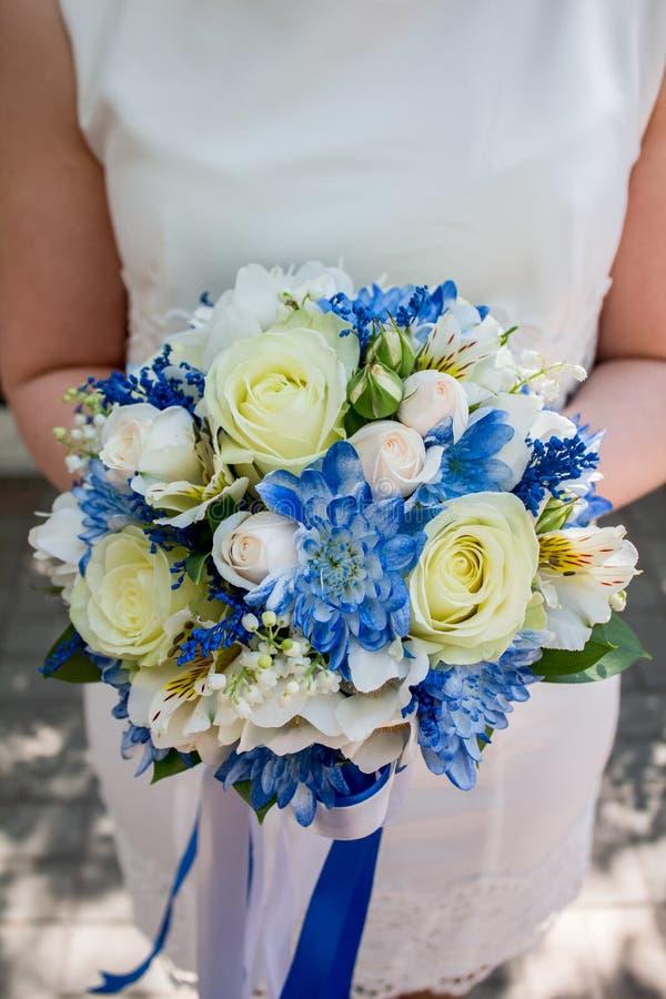 Красивый современный букет свадьбы на белой таблице стоковые фото