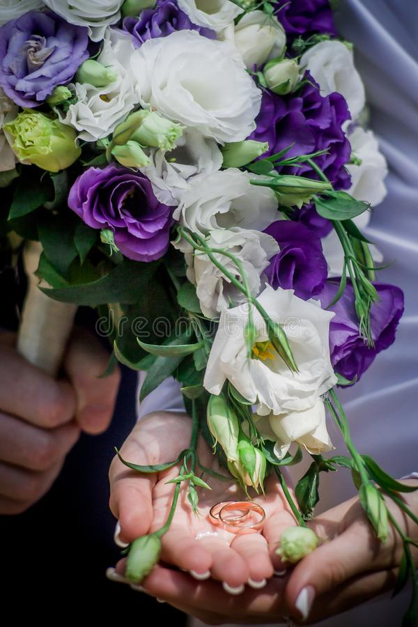 Красивый современный букет свадьбы на белой таблице стоковая фотография