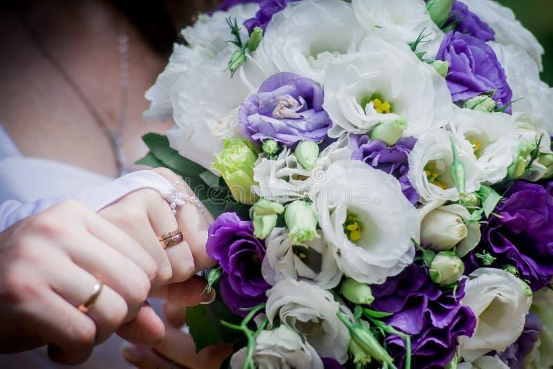Красивый современный букет свадьбы на белой таблице стоковые изображения
