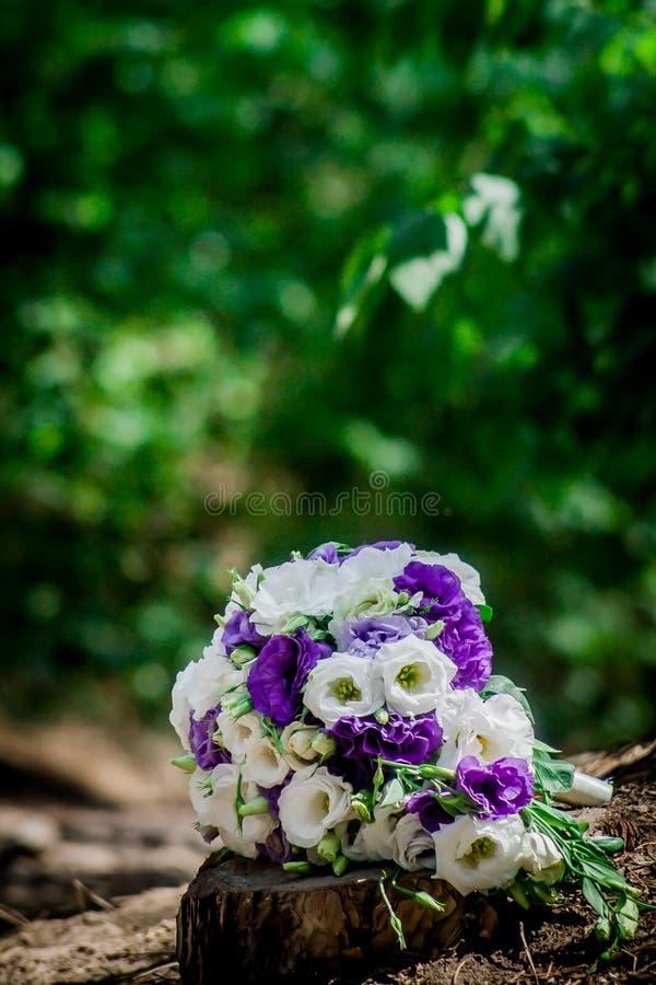 Красивый современный букет свадьбы на белой таблице стоковое фото