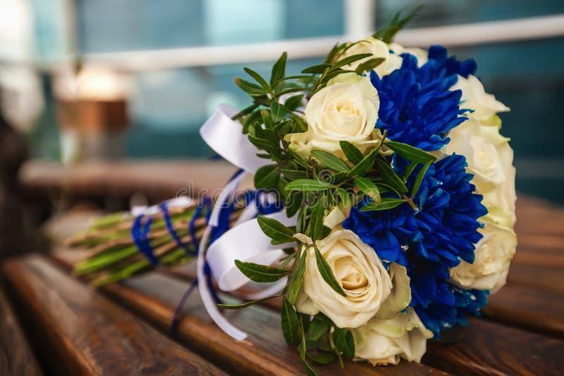 Красивый современный букет свадьбы на таблице стоковые фотографии rf