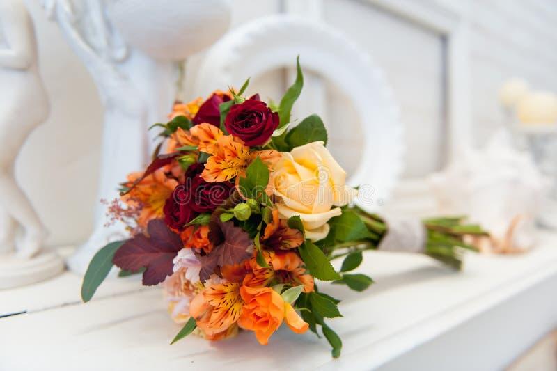 Красивый современный букет свадьбы на таблице стоковое фото rf