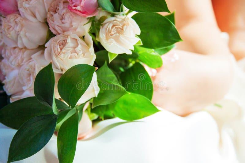 Красивый современный букет с розами, снятый крупный план свадьбы стоковое фото