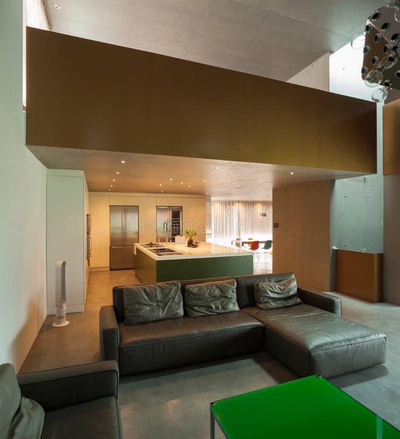 красивый современный дом в цементе, интерьерах стоковое изображение rf
