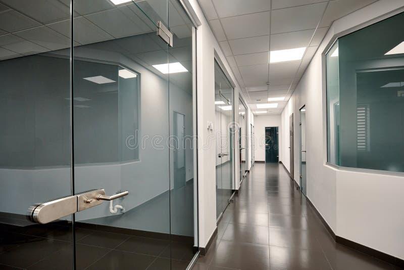 Красивый современный интерьер офиса со стеклянной дверью стоковое изображение