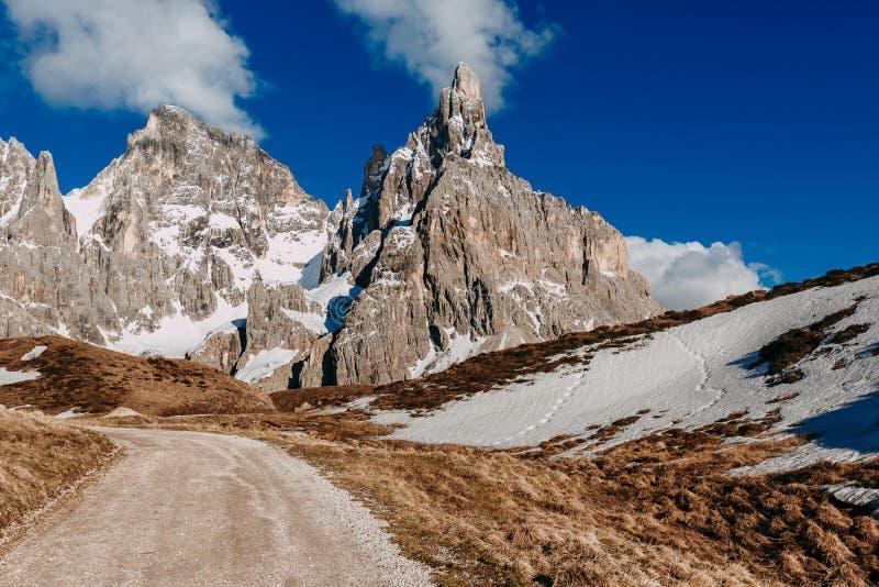 Красивый солнечный день в итальянке Альпах Ландшафт горы с roa стоковое изображение rf