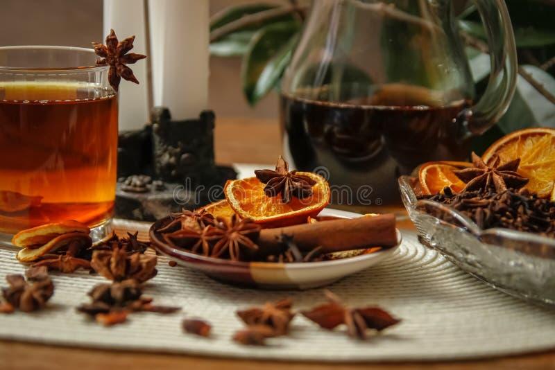 Красивый состав с анисовкой, гвоздиками, ручкой и порошком циннамона, чаем и высушенным апельсином стоковые фотографии rf