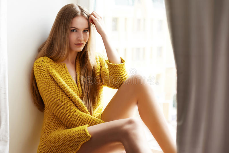Красивый состав следующего окна белокурых волос женщины сидя естественный стоковое изображение rf