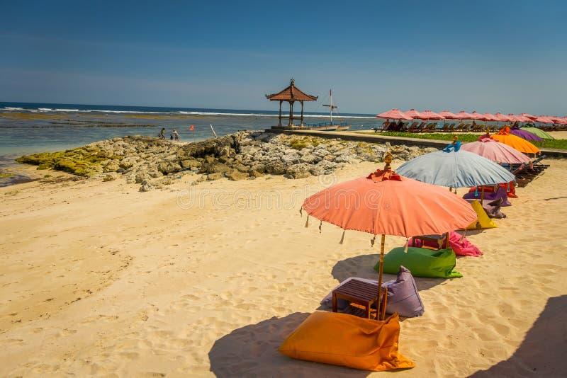 Красивый солнечный день с красочными зонтиками в ряд в пляже pandawa Pantai, в острове Бали, Индонезия стоковое изображение rf
