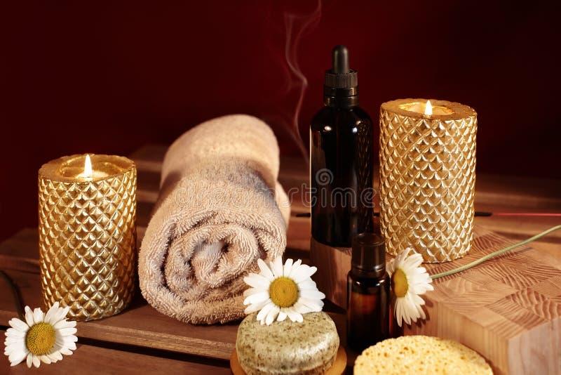 Красивый спа Терапия ароматности с травяным маслом, естественным мылом и свечами релаксации Деревянные полотенца цвета и греть стоковое изображение