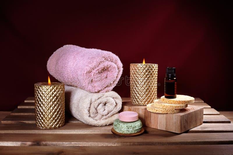 Красивый спа Терапия ароматности с травяным маслом, естественным мылом и свечами релаксации Деревянные полотенца цвета и греть стоковая фотография