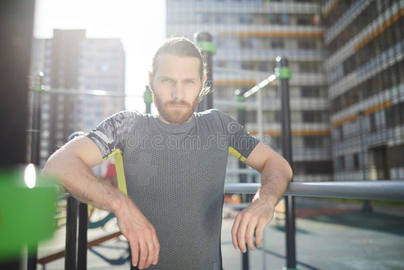 Красивый спортсмен разминки стоковые фотографии rf