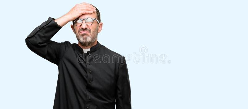 Красивый старший человек изолированный над голубой предпосылкой стоковые фото