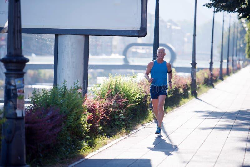 Красивый старший человек jogging стоковая фотография rf