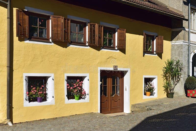 Красивый старый жилой дом украшенный с цветками Gmuend в Kaernten, Австрии стоковое изображение rf