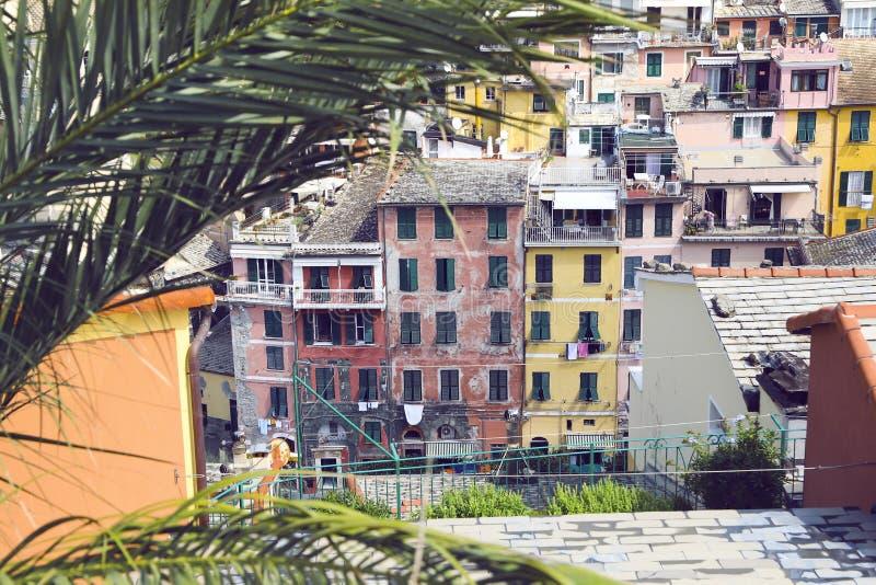Красивый старый итальянский городок с красочными домами и цветками на летний день стоковые фотографии rf