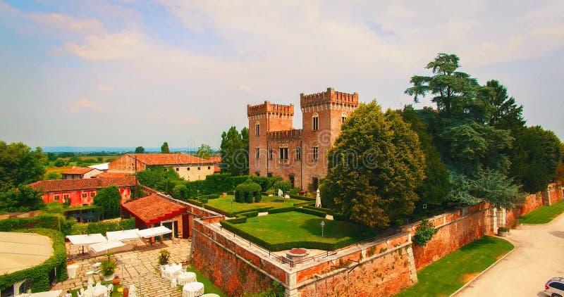 Красивый старый итальянский замок хозяйничая свадьба в сельской местности стоковая фотография