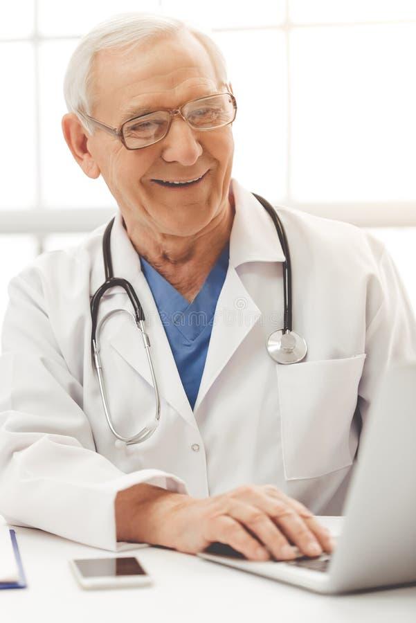 Красивый старый доктор стоковая фотография rf