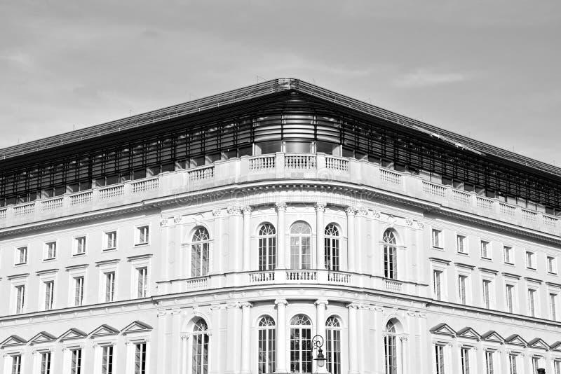 Красивый старый фасад на историческом здании черная белизна стоковое изображение