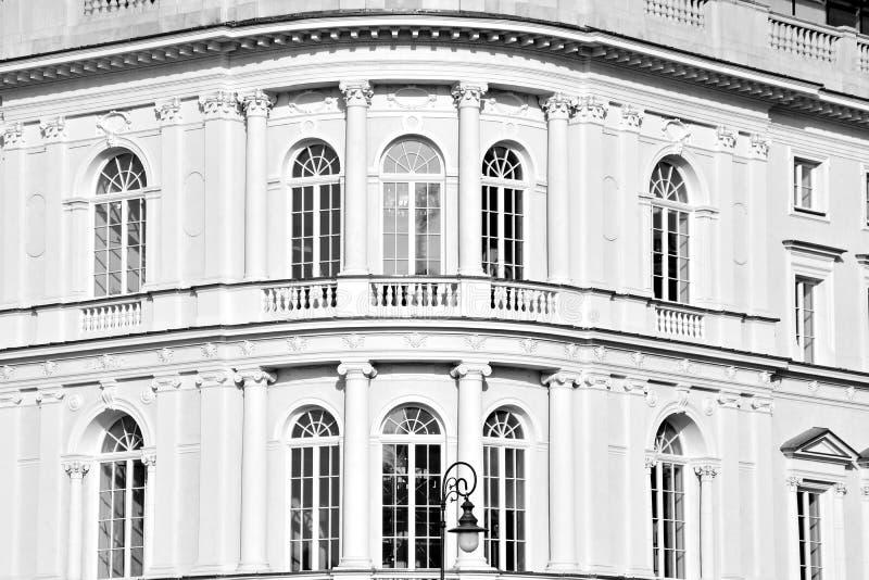 Красивый старый фасад на историческом здании черная белизна стоковые фотографии rf