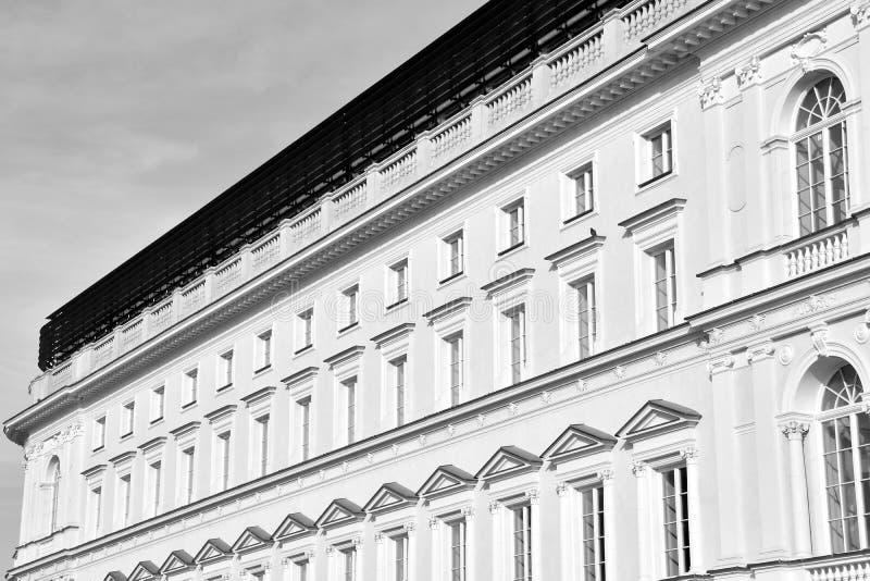 Красивый старый фасад на историческом здании черная белизна стоковое фото