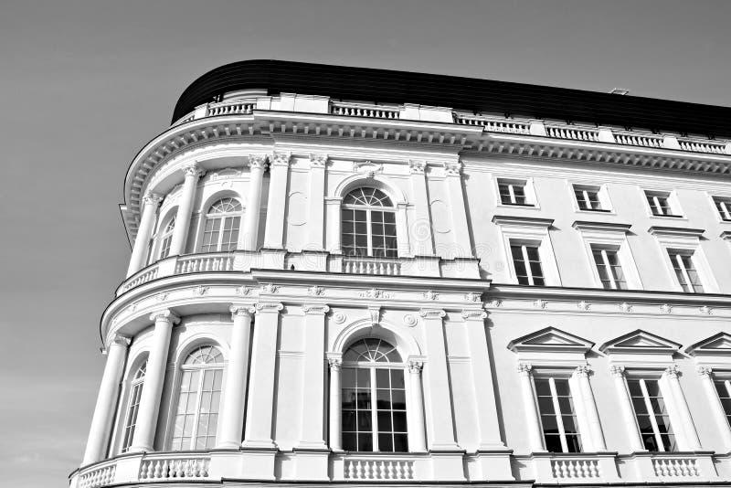Красивый старый фасад на историческом здании черная белизна стоковое фото rf