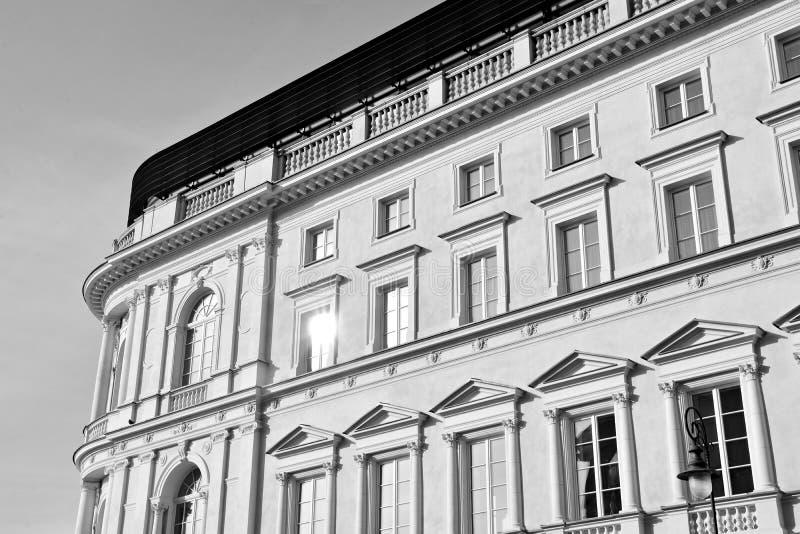 Красивый старый фасад на историческом здании черная белизна стоковые изображения rf
