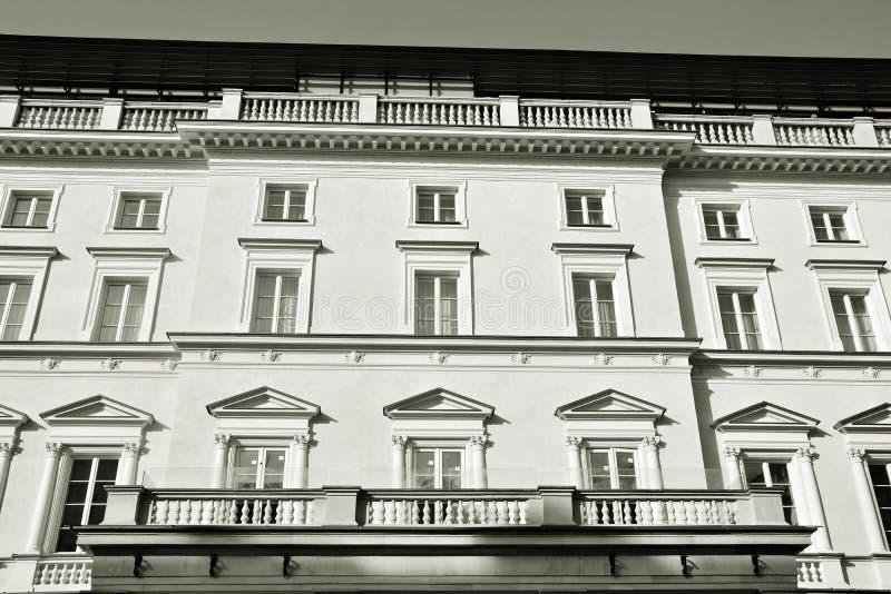 Красивый старый фасад на историческом здании черная белизна стоковая фотография rf