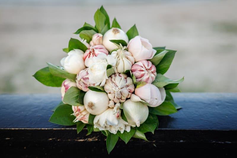 Красивый стильный букет белых пионов, белых луков и чеснока стоковое изображение