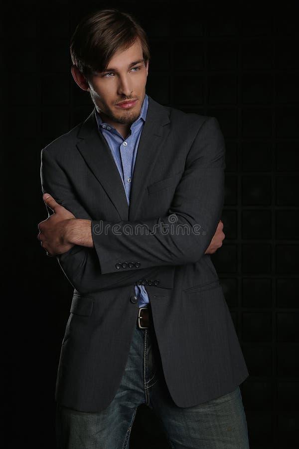 Красивый стильный человек в костюме стоковая фотография rf