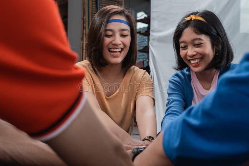 Красивый стог руки удерживания девушки совместно стоковые фотографии rf