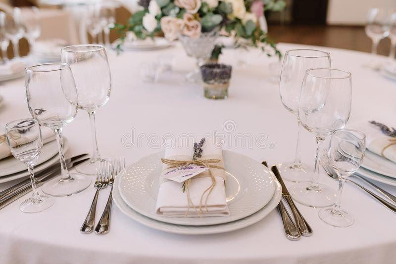 Красивый столовый прибор на таблице свадьбы стоковая фотография rf