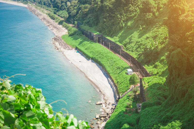 Красивый сценарный взгляд лета от ботанического сада залива и железной дороги моря на побережье стоковое изображение rf