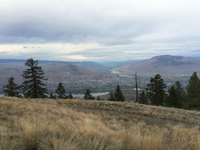 Красивый сценарный взгляд города kamloops от вершины горы стоковая фотография