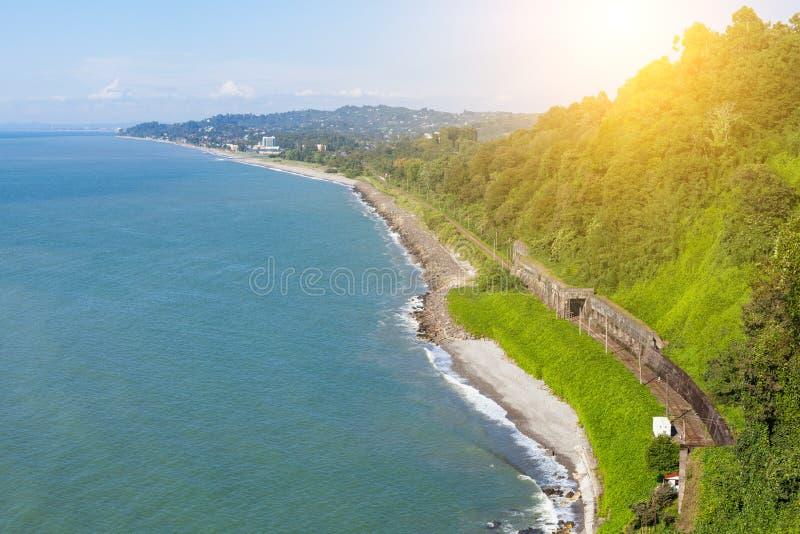 Красивый сценарный взгляд лета от ботанического сада залива и железной дороги моря на побережье сочная зеленая вегетация лета Сол стоковая фотография rf