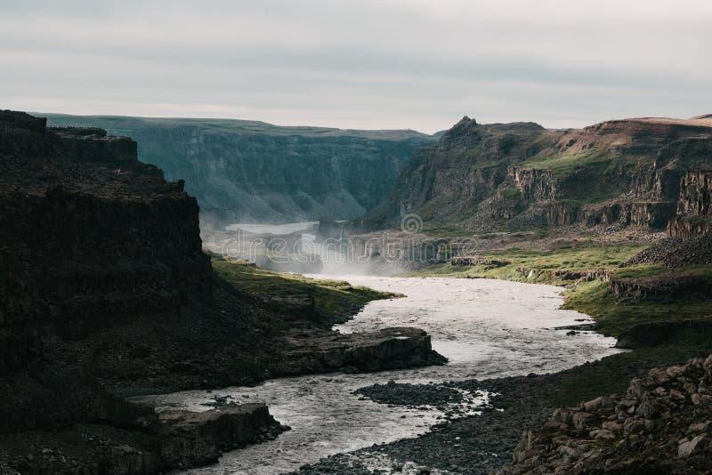 красивый сценарный ландшафт с быстрым рекой и скалистыми горами стоковое изображение rf