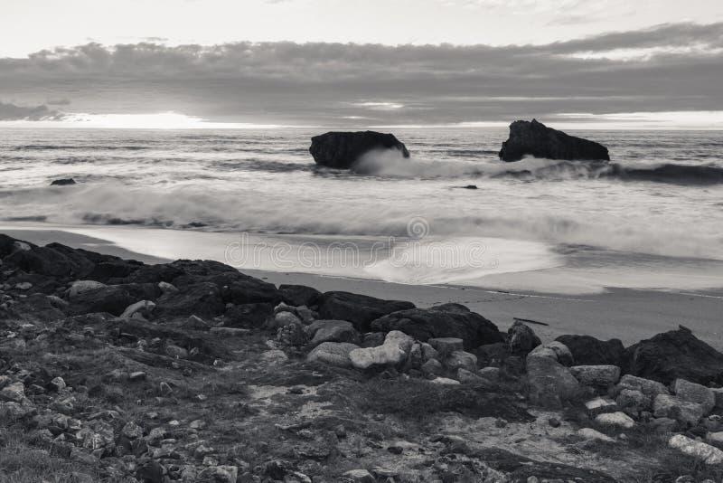 Красивый сценарный пляж milady в выравнивать лето, Биарриц, Баскония, Францию в черно-белом стоковые фотографии rf