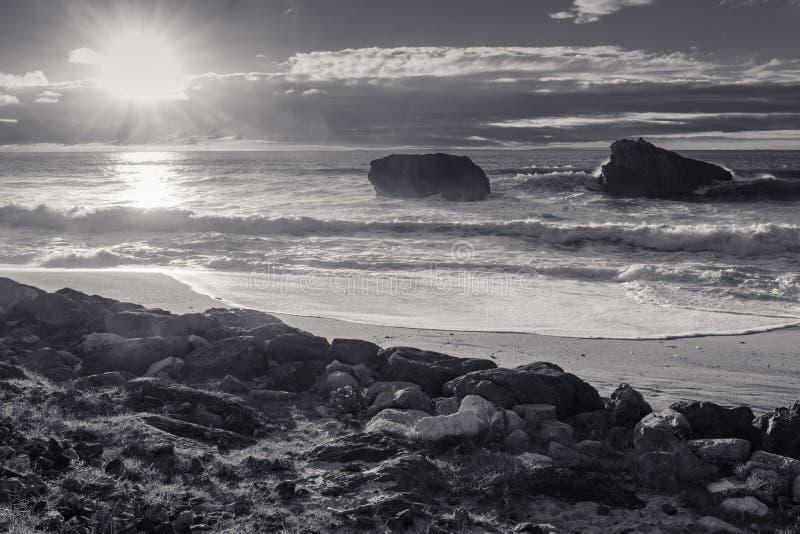 Красивый сценарный пляж milady в выравнивать лето, Биарриц, Баскония, Францию в черно-белом стоковые изображения rf