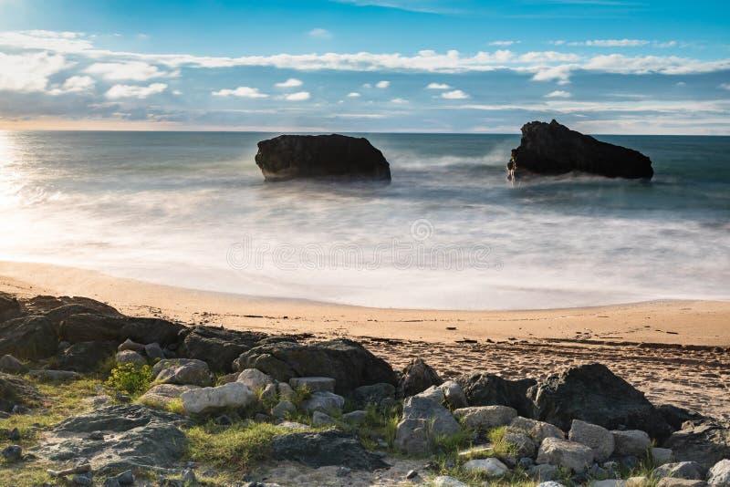 Красивый сценарный пляж milady в долгой выдержке летом, Биарриц, Баскония, Франция стоковые фотографии rf