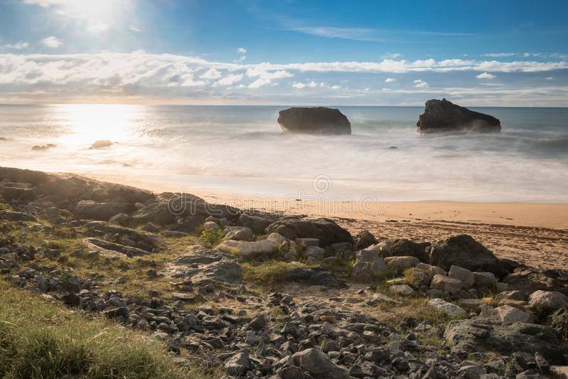 Красивый сценарный пляж milady в долгой выдержке летом, Биарриц, Баскония, Франция стоковая фотография rf