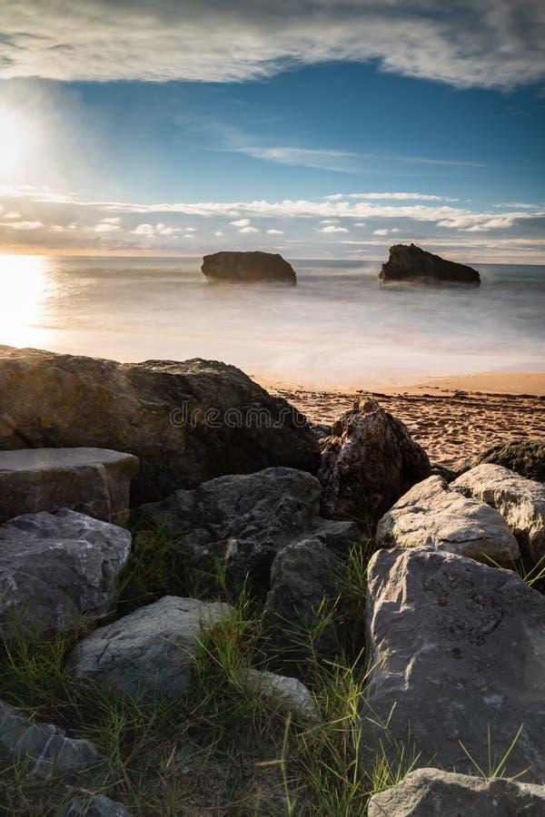 Красивый сценарный пляж milady в долгой выдержке летом, Биарриц, Баскония, Франция стоковое изображение rf
