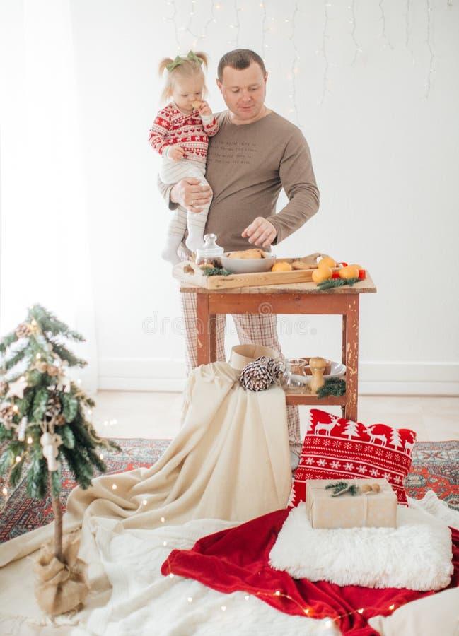 Красивый счастливый ребенок с отцом около рождественской елки стоковые изображения
